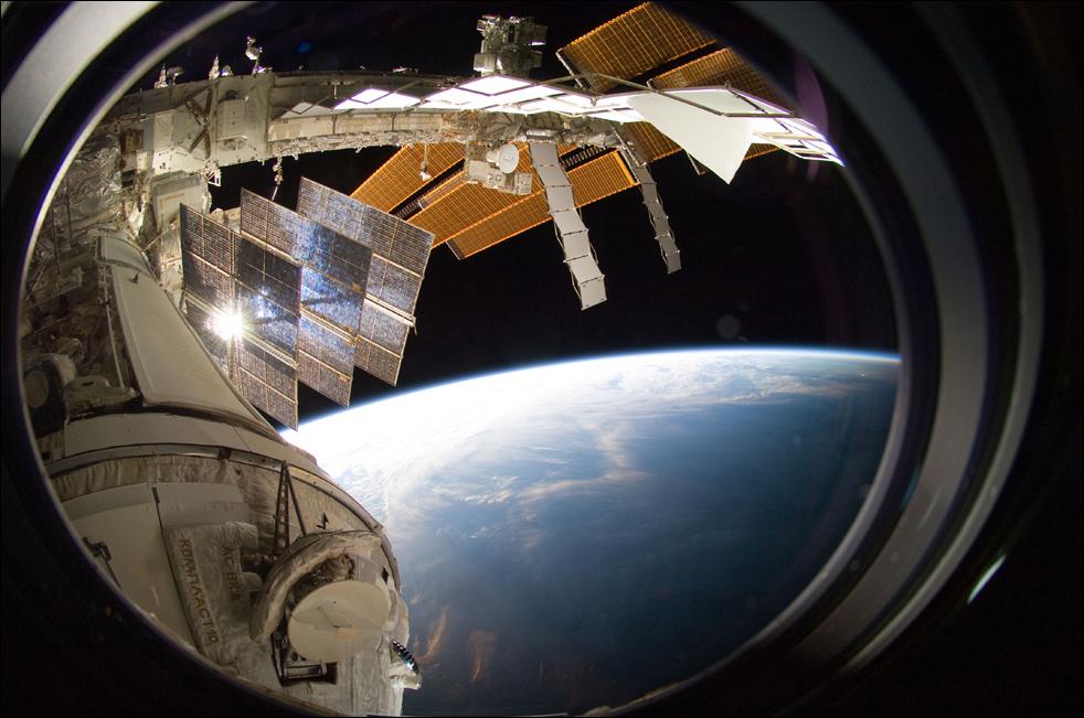 8. Часть Международной космической станции на фоне земного горизонта и темноты открытого космоса. (AP / NASA)