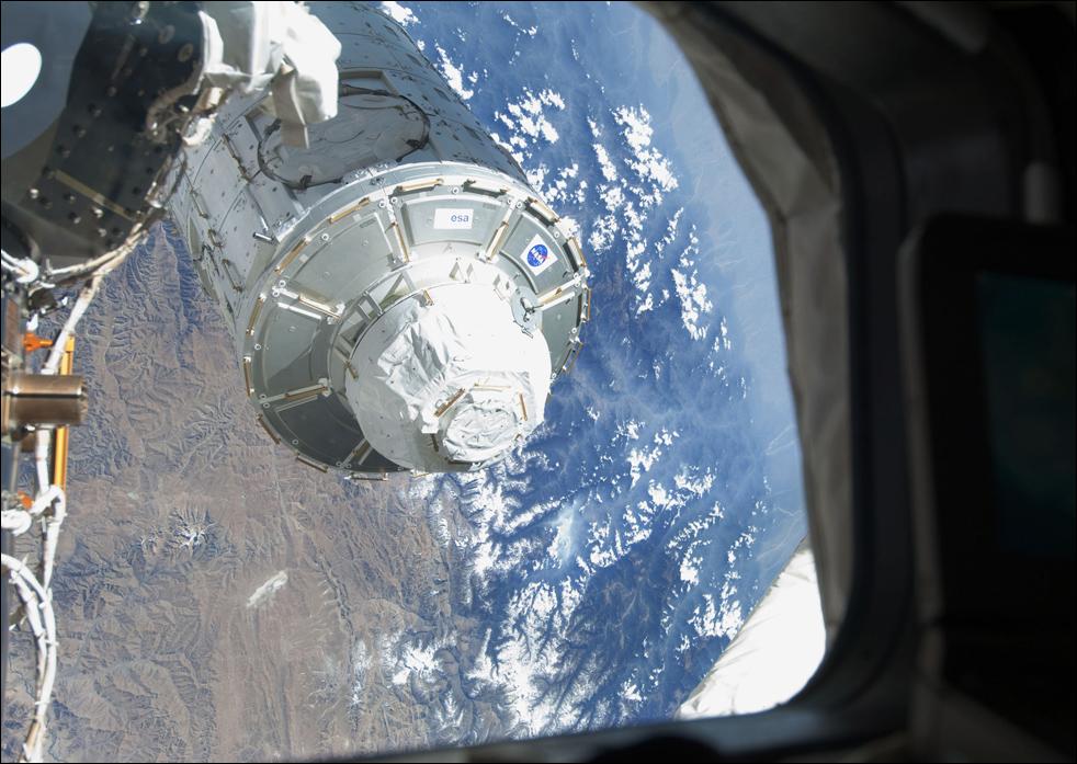 9. Модуль «Tranquility» перемещают из хранилища в грузовом отсеке корабля «Endeavour», чтобы присоединить к боковой части узла «Unity» на Международной космической станции. (AP / NASA)
