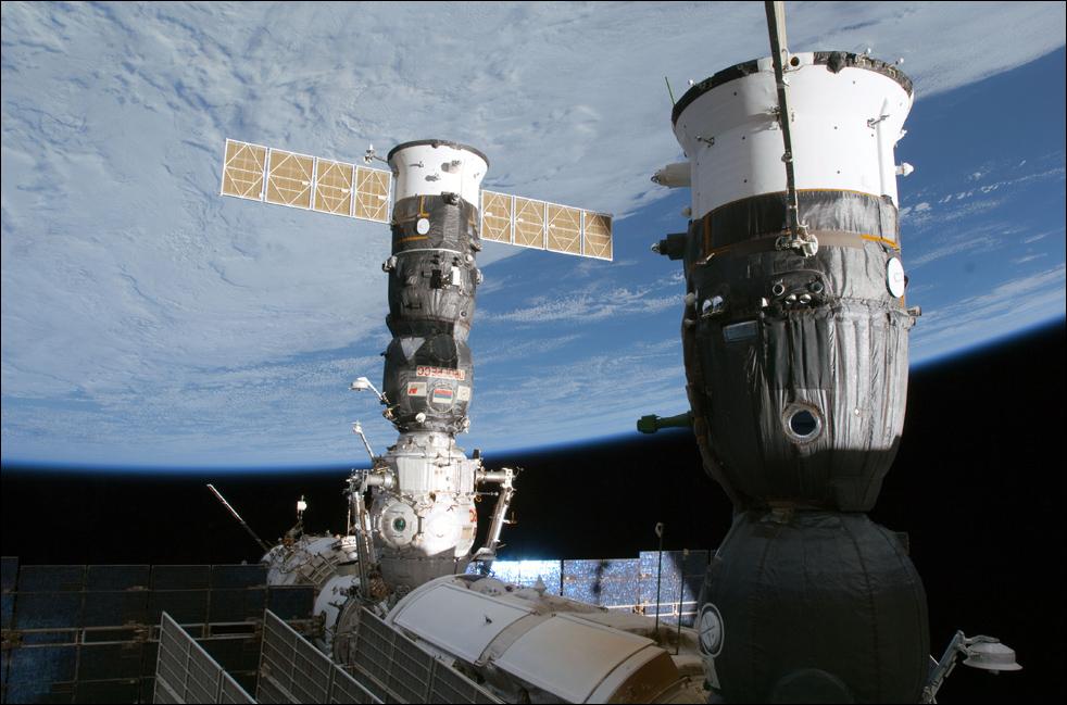 10. Российские корабли «Союз» и «Прогресс» пристыкованы к станции 17 февраля. (AP / NASA)