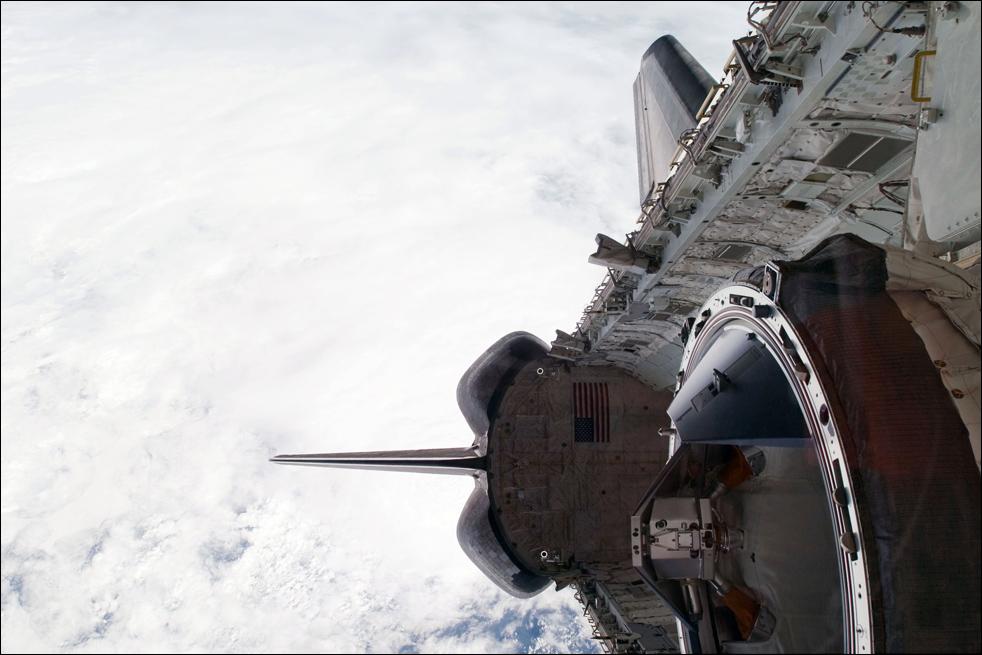 11. Вид левого борта грузового отсека корабля «Endeavour». Снимок сделан цифровой камерой сразу после отсоединения от станции 20 февраля. (AP / NASA)