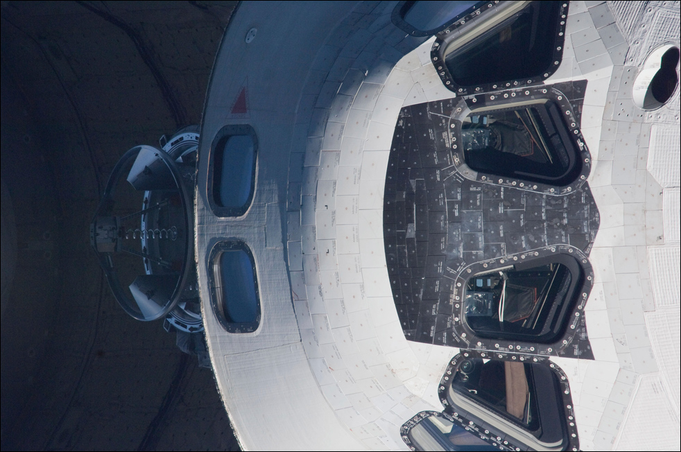12. Вид кабины экипажа «Endeavour», сфотографированный членом экипажа «Экспедиция 22» на борту Международной космической станции перед стыковкой 9 февраля. (AP / NASA)