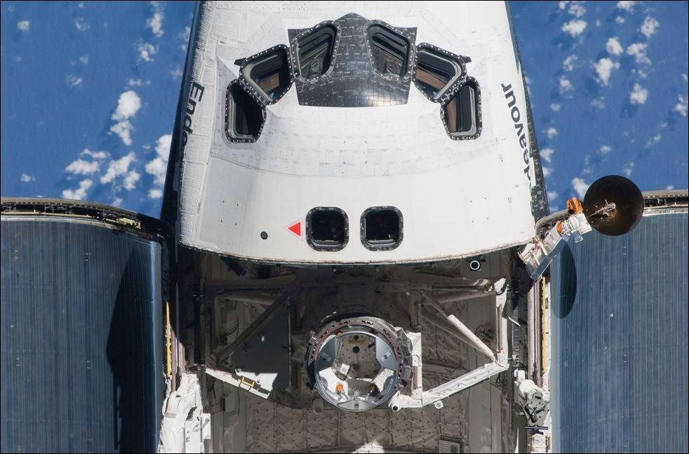 13. Частичный вид на кабину экипажа и передний грузовой отсек корабля «Endeavour» во время съемки перед стыковкой со станцией 9 февраля. (AP / NASA)