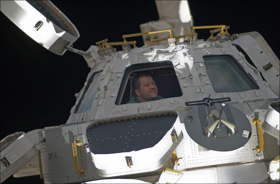 15. Николас Патрик – специалист миссии «STS-130» - виден в окне установленной «Куполы» на космической станции, к которой все еще пристыкован корабль «Endeavour». (AP / NASA)