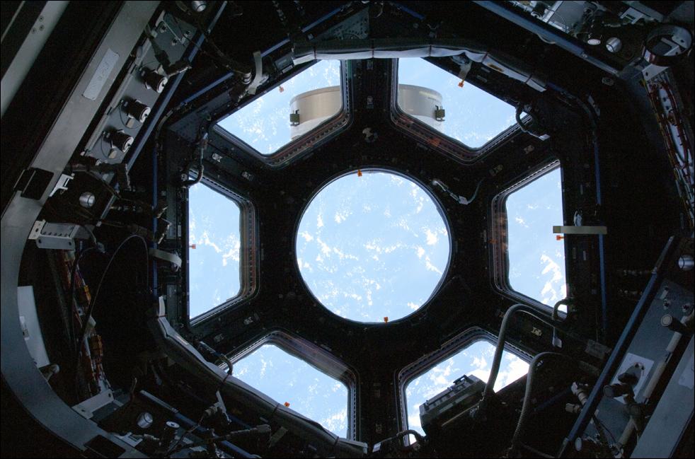 16. Этот снимок сделан в первое в своем роде «окно с выступом» на Международной космической станции 17 февраля. В «Куполе» - которую полторы недели назад экипаж корабля «Endeavour» привез на станцию – будет расположено управление различными механизмами станции, здесь экипаж сможет управлять механическими руками и отслеживать другие операции за бортом станции. (AP / NASA)