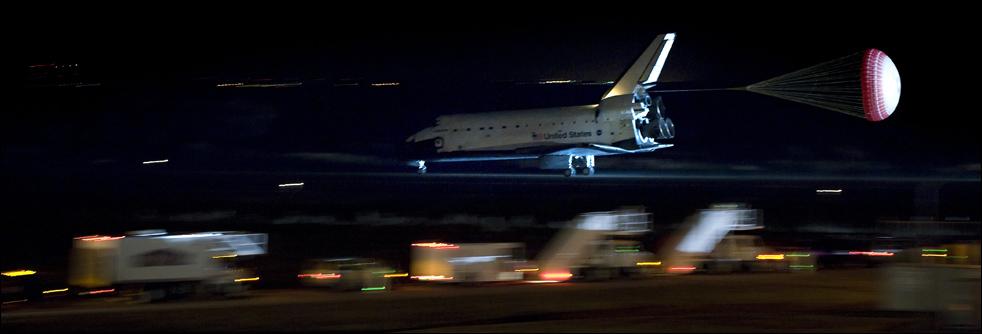 18. Космический корабль «Endeavour» приземлился в космическом центре Кеннеди в Кейп Канаверал 21 февраля. (AFP / Getty Images / Jim Watson)