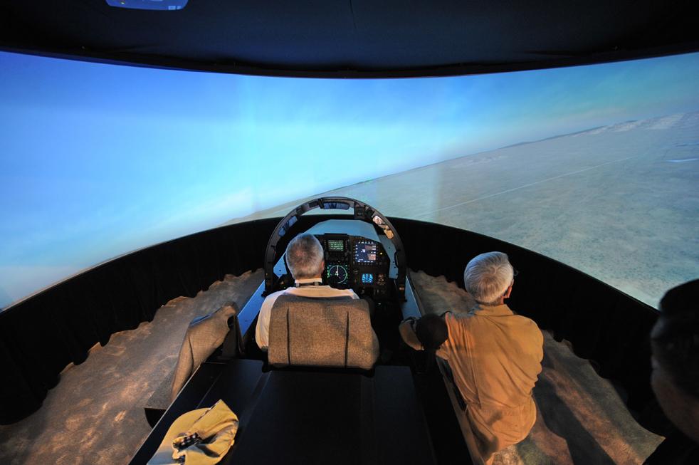 1. Мужчина сидит в кабине пилота в истребителе F-15SG на авиашоу в Сингапуре 3 февраля. На авиашоу представлена крупнейшая выставка аэрокосмического оборудования и защиты. (AFP / Getty Images / Roslan Rahman)