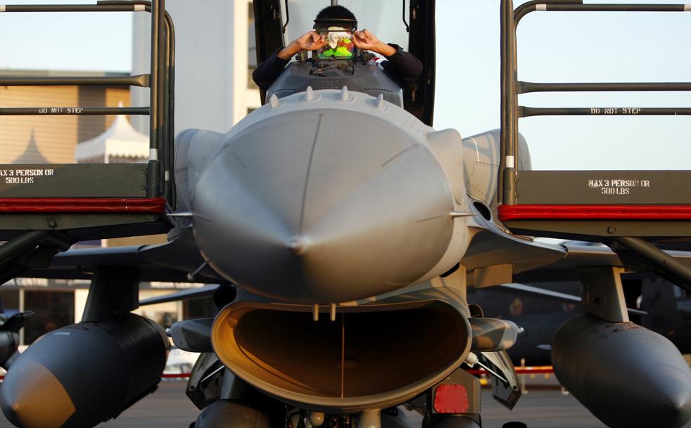 2. Солдат вооруженных сил Сингапура чистит коллиматорный индикатор на истребителе F-16 3 февраля. (AP / Wong Maye-E)