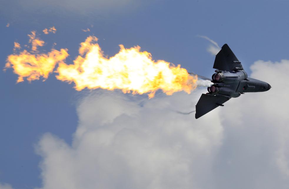 3. F-111 из королевских австралийских ВВС демонстрирует процесс сгорания топлива во время воздушного показательного полета на авиашоу в Сингапуре 3 февраля 2010 года. (AP / Wong Maye-E)