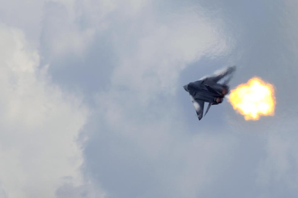 4. F-111 из королевских австралийских ВВС демонстрирует процесс сгорания топлива во время воздушного показательного полета на авиашоу в Сингапуре 3 февраля 2010 года. (AP / Wong Maye-E)