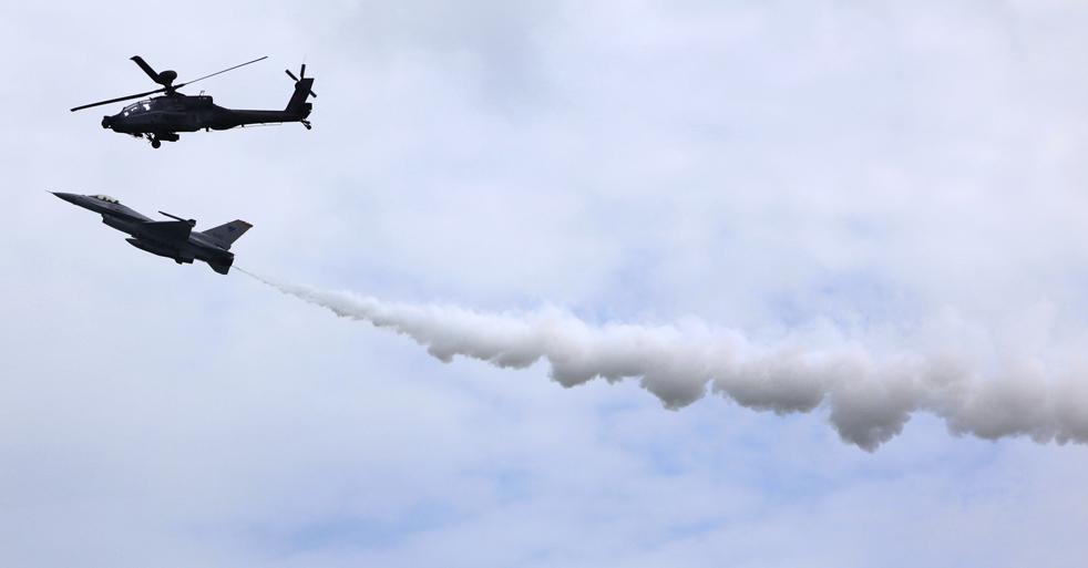 9. Истребитель F-16 и вертолет AH-64 на авиасалоне в Сингапуре 31 января. (AP / Wong Maye-E)
