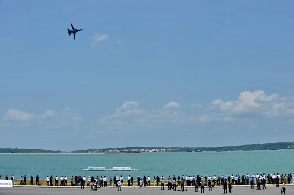 12. F-111 пролетает мимо восторженной публики на авиасалоне в Сингапуре 2 февраля.