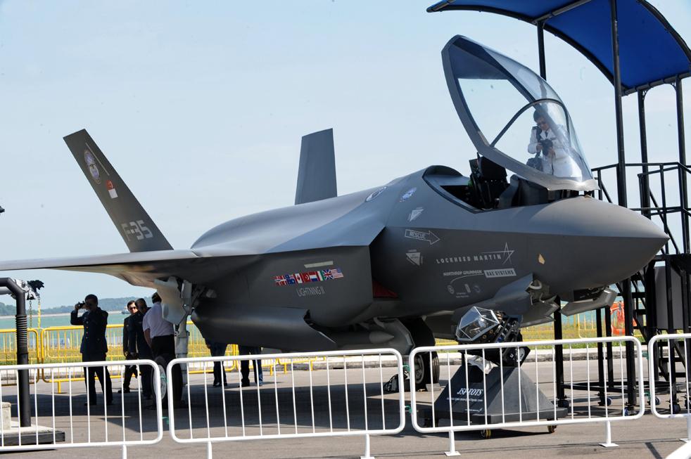 13. Посетители знакомятся с истребителем «Lockheed Martin F-35» поближе на авиасалоне в Сингапуре 2 февраля 2010 года. (AFP / Getty Images / Roslan Rahman)