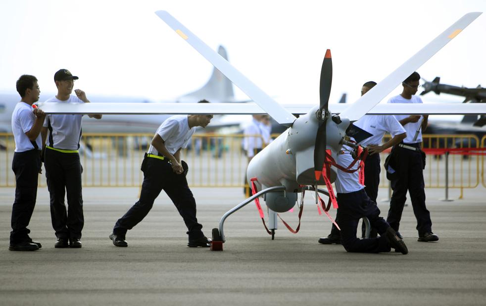 16. Работники выставки-шоу в Сингапуре собирают беспилотный летательный аппарат Гермес H-450 за день до начала шоу 1 февраля. (AP / Wong Maye-E)