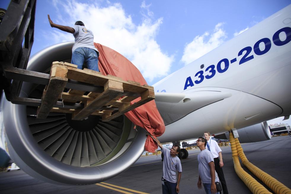 17. Рабочие убирают ткань с двигателя нового грузового самолета A330-200F – одного из двух в своем роде – чтобы начать тест на работу в жарких условиях 1 февраля в Сингапуре. (AP / Wong Maye-E)