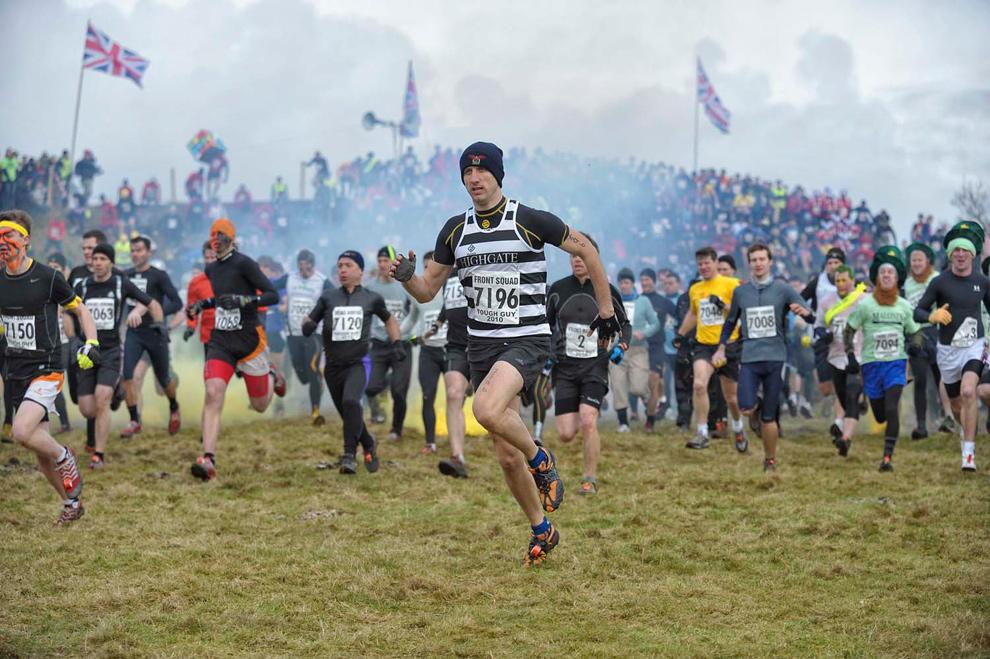 3. Участники соревнования бегут к препятствиям в Волверхэмптоне 31 января 2010 года. (© Mike King)