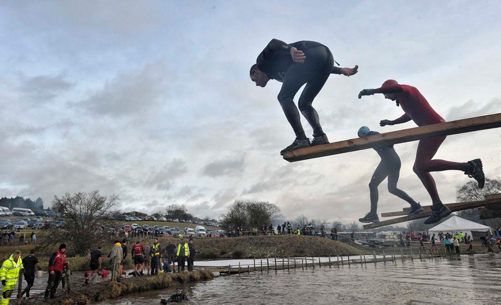 4. Мужчина колеблется перед прыжком в воду. Комментарий фотографа Майка Кинга: «Нужно быстро прыгать вниз, этот парень застыл секунд на 30, мне стало смешно. Хотя мне даже стало жаль этого парня, ведь его многие обошли». (© Mike King)