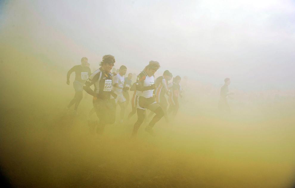 9. Участники соревнования «Tough Guy» бегут сквозь дым в Пертоне 31 января 2010 года. (REUTERS/Nigel Roddis)