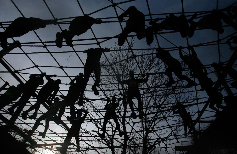 11. Участники соревнования пытаются преодолеть препятствие в виде подвешенных веревок 31 января 2010 года. (AP Photo/Simon Dawson)