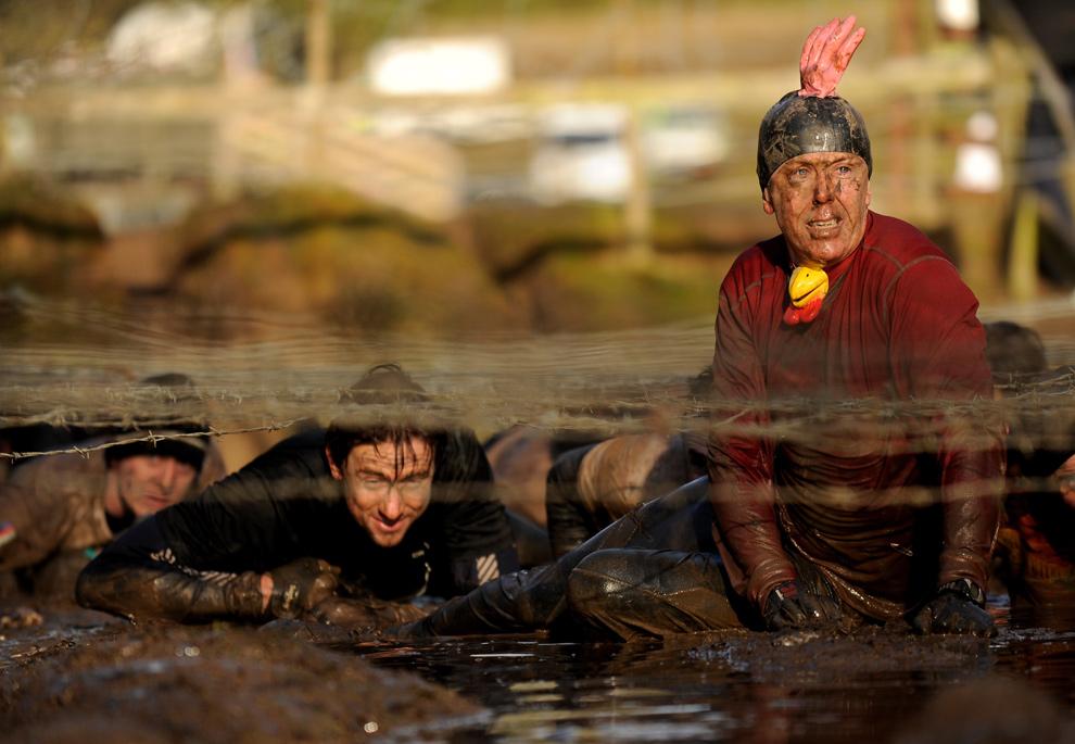 14. Участник «Tough Guy» в «петушиной» шапочке на секунду остановился в грязи 31 января 2010 года. (Michael Regan/Getty Images)