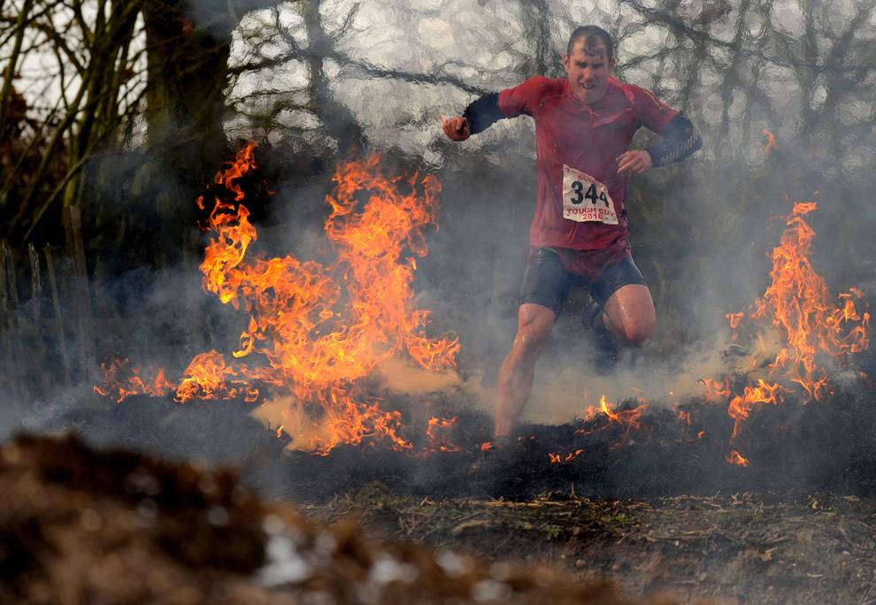 15. Участник соревнования пробегает через огонь 31 января 2010 года. (Michael Regan/Getty Images)