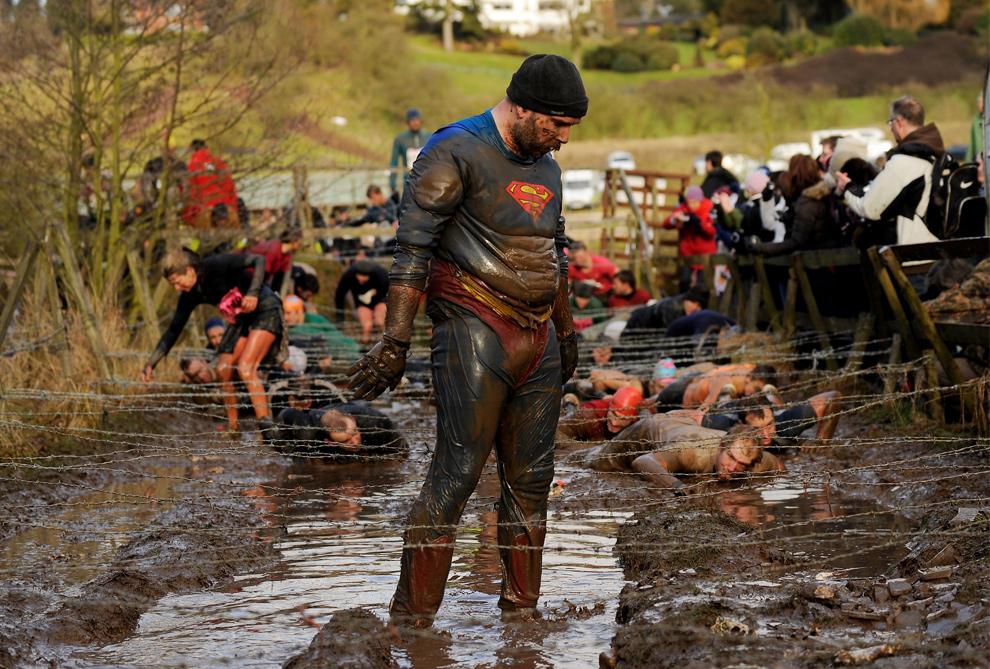 17. Участник соревнования «Tough Guy» в костюме Супермена на полпути к …спасению мира…то есть к победе 31 января. (Michael Regan/Getty Images)
