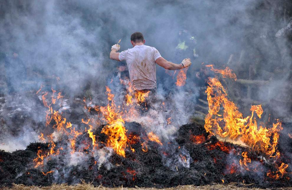 18. Участник соревнования «Tough Guy» бежит через огонь 31 января 2010 года. (© Mike King)