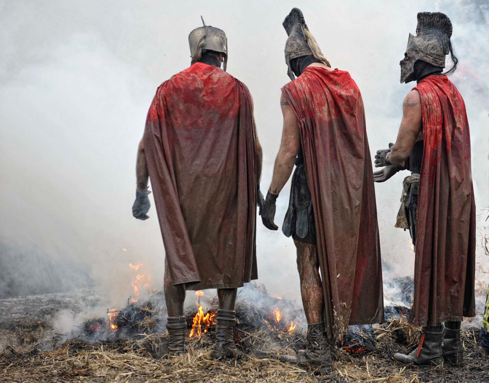 19. «Крутые парни» в костюмах спартанцев готовятся к преодолению огненного препятствия на ферме Саут Пертон в Волверхэмптоне 31 января 2010 года. (© Mike King)
