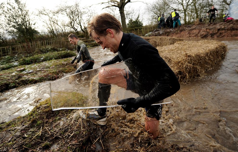 23. Мужчина несет с собой сувенир в виде куска льда во время соревнования 31 января 2010 года. (Michael Regan/Getty Images)