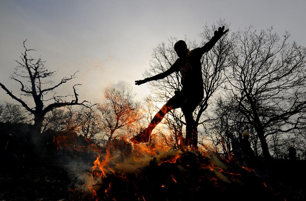 25. Участник прыгает через огненное препятствие 31 января 2010 года в Волверхэмптоне. (Michael Regan/Getty Images)