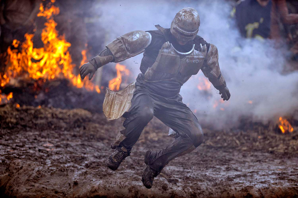 26. Грязный Робокоп прыгает в воду на фоне огня на Саут Пертон Фарм в Волверхэмптоне 31 января 2010 года. (© Mike King)