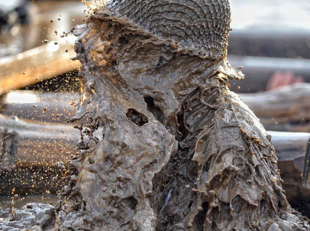 30. Участник «Tough Guy» в шлеме стряхивает с себя грязь 31 января 2010 года. (© Mike King)
