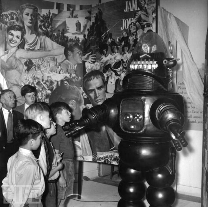 5. Робот Робби. Бедный Робби, легенду запрятали вместе с кучей других памятных вещей Голливуда. (фото: Alex Dellow/Getty Images) 1956 г.