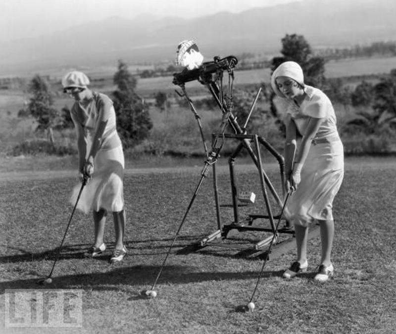 3. Вперед! Два игрока в гольф по руководством робота-тренера. (фото: General Photographic Agency/Getty Images) 1925 г.