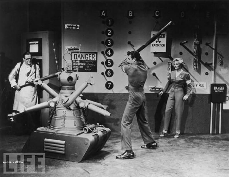 2. Борьба с убийцей-роботом в научно-фантастическом фильме Гога. На фотографии: Герберт Маршалл, Ричард Игэн, Констанция Доулинг (фото: Архив Photos / Getty Images) 1954 г.