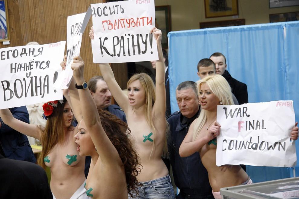 """5) Девушки подняли транспаранты с надписями: """"Хватит насиловать страну"""", """"Сегодня начнется война"""", """"Последний отчет перед войной""""."""