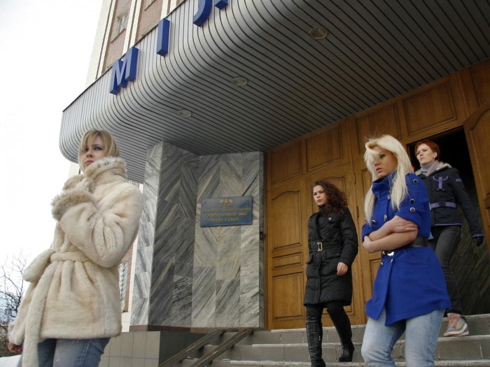 7) В результате 5 девушек-активисток были задержаны сотрудниками милиции за нарушение общественного порядка и доставлены  в Оболонское районное отделение внутренних дел. Там девушек продержали 4 часа.
