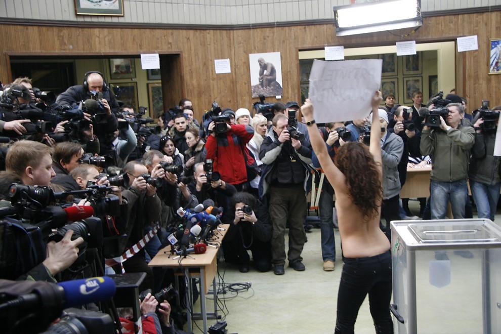 1) Девушки прибыли на избирательный участок №20 в здании Киевской детской академии искусств за час до того, как там проголосовал Виктор Янукович.