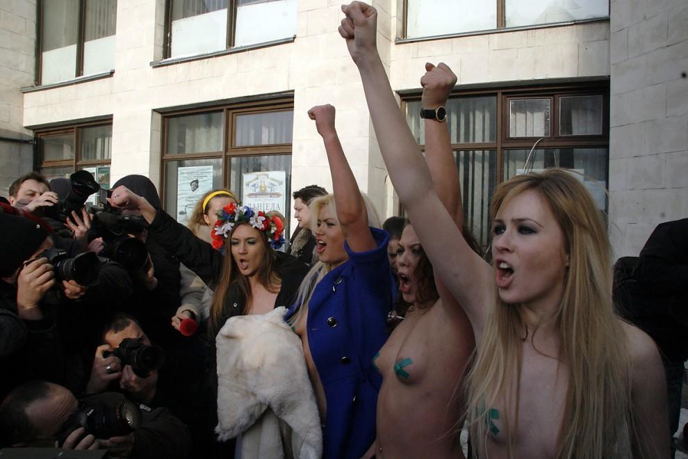 """3) Как сообщила пресс-служба FEMEN, активистки протестовали """"против политического насилия и попирания политиками всех демократических принципов в ходе предвыборной кампании и избирательного процесса""""."""