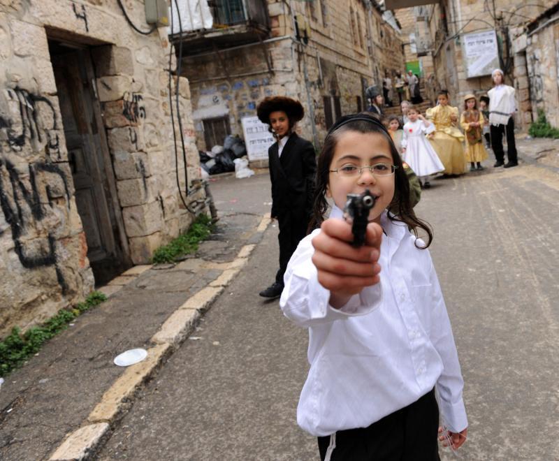 033 ultra-Ortodoks merayakan Purim