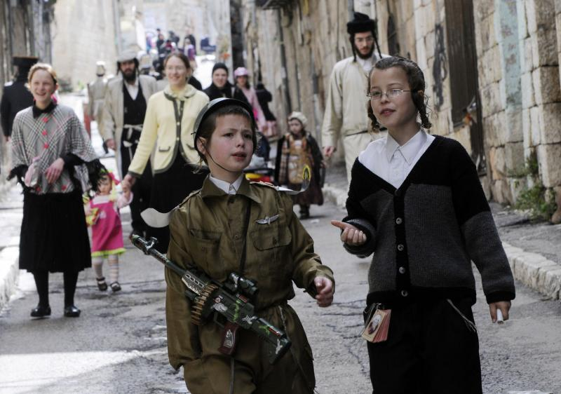 053 ultra-Ortodoks merayakan Purim