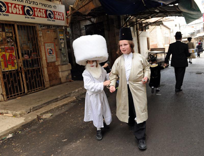 063 ultra-Ortodoks merayakan Purim