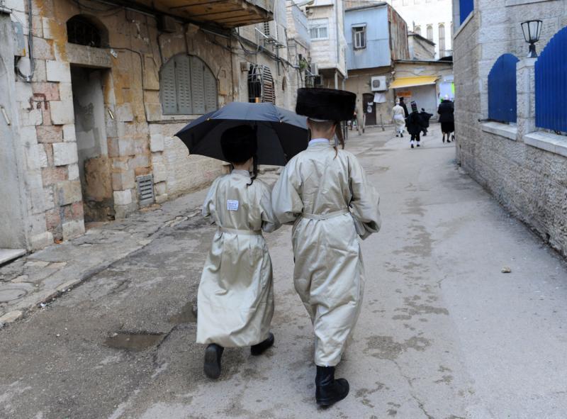Yahudi dengan payung di Purim. Pada Israel modern pada karnaval