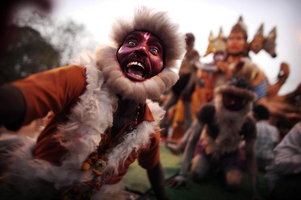 Мужчина в костюме обезьяны участвует в процессии во время празднования дня рождения бога обезьян Хануман Джаянти в Нью-Дели. (Kevin Frayer/Associated Press)