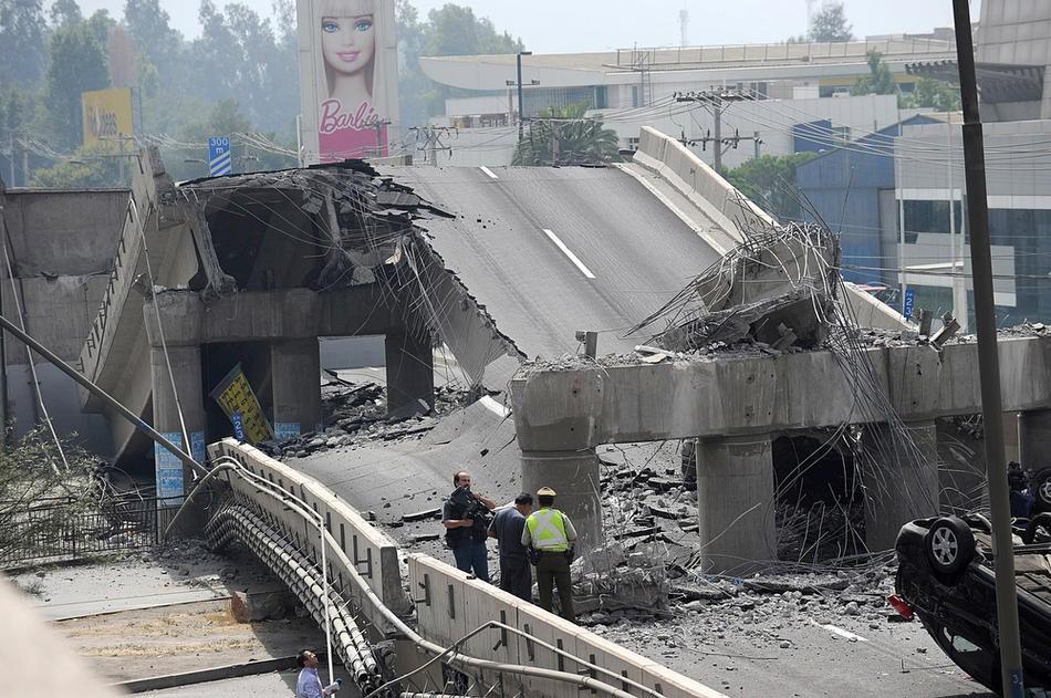 4. Обломки разрушенного моста в Сантьяго после землетрясения в 8,8 баллов 27 февраля. Люди в панике выбегали на улицу прямо в пижамах. (AFP PHOTO/MARTIN BERNETTI)