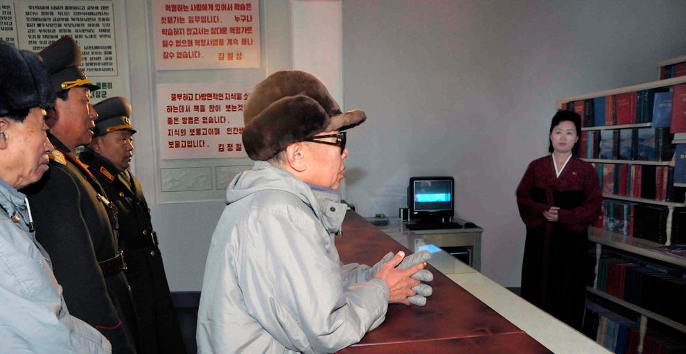 k06 2197 Ким Чен Ир у станка