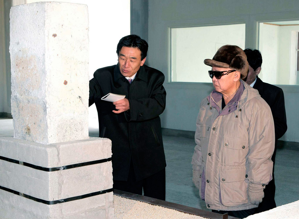 k10 2257 Ким Чен Ир у станка