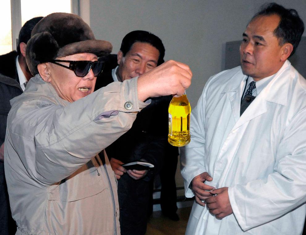 k11 2185 Ким Чен Ир у станка