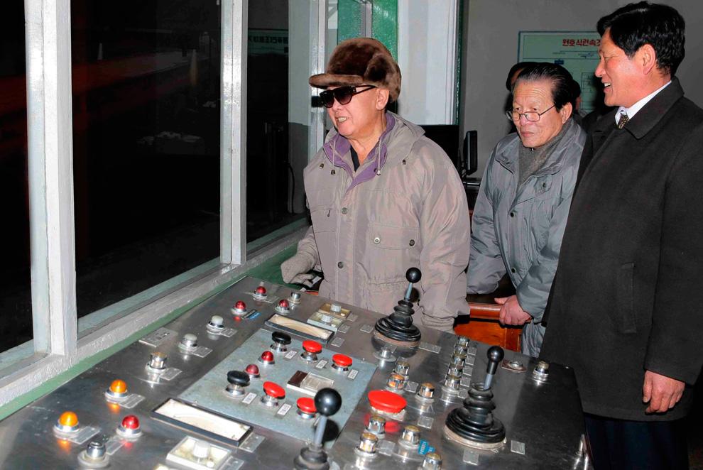 k12 2249 Ким Чен Ир у станка