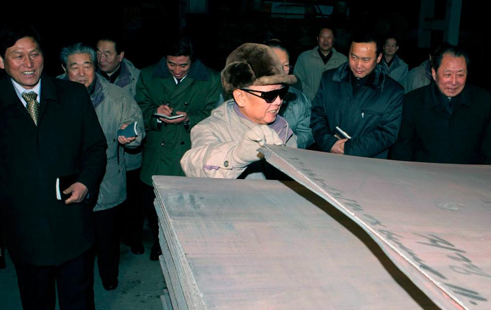 k15 2249 Ким Чен Ир у станка