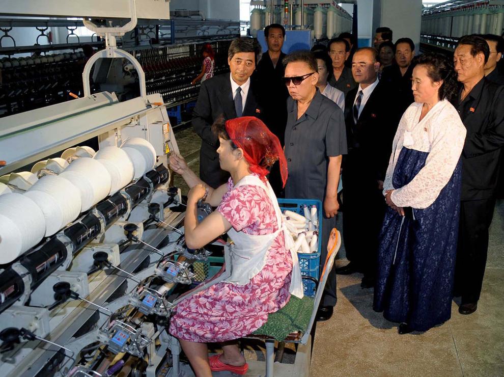 k16 0000 Ким Чен Ир у станка